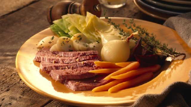 2-corned-beef-and-cabbage-9854107